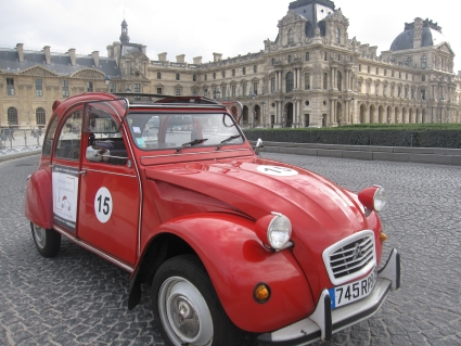 2CV in front of the Louvre - photo by Rob McFarland